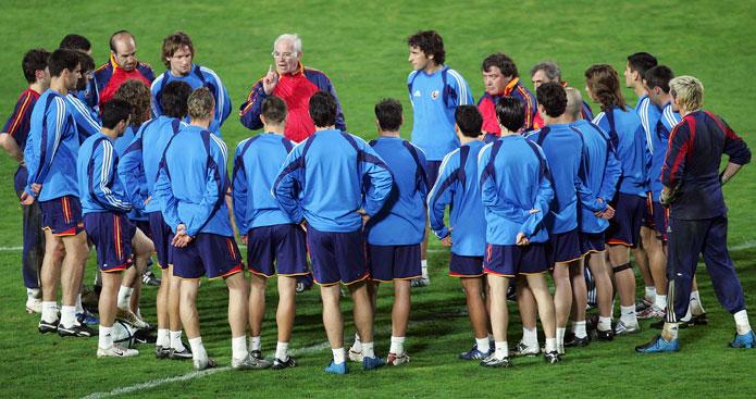 Luis Aragonés junto a la plantilla de la selección español de fútbol.