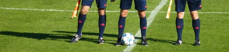 Árbitro y linieres de fútbol